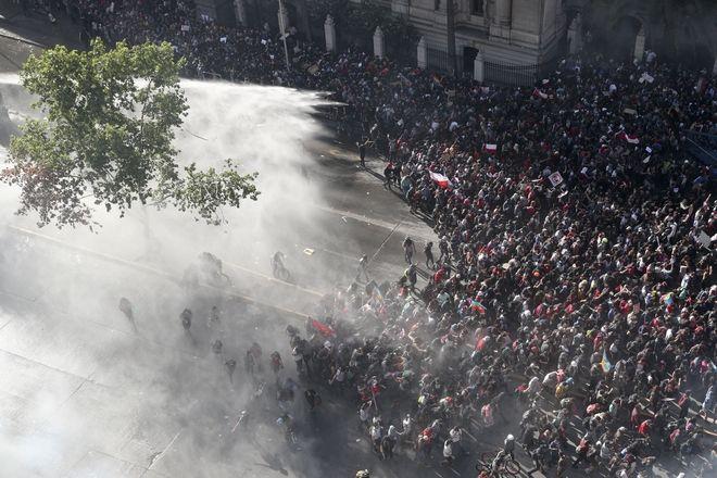 Η αστυνομία πετάει δακρυγόνα στο πλήθος, Σαντιάγο, Χιλής