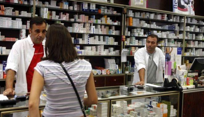 Στιγμιότυπο απο φαρμακείο στην Αθήνα όπου πολλοί ασφαλισμένοι πληρώνουν τα φάρμακά τους λόγω των οφειλών μερικών Δημόσιων ταμείων       ( EUROKINISSI / ΧΑΣΙΑΛΗΣ ΒΑΪΟΣ )
