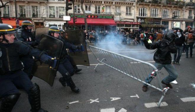 Παρίσι: Δύο αστυνομικοί τραυματίστηκαν σε συγκρούσεις με διαδηλωτές