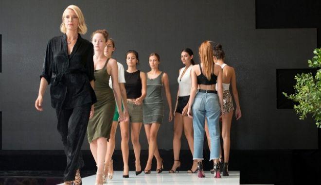 Η Βίκυ Καγιά δείχνει στις διαγωνιζόμενες πως να περπατούν στην πασαρέλα στο bootcamp του Next Top Model