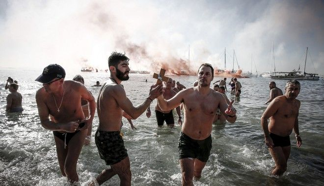 Τελετή Αγιασμού των υδάτων στην παραλία του Μπάτη στο Παλαιό Φάληρο το Σάββατο 6 Ιανουαρίου 2017. (EUROKINISSI/ΣΤΕΛΙΟΣ ΜΙΣΙΝΑΣ)