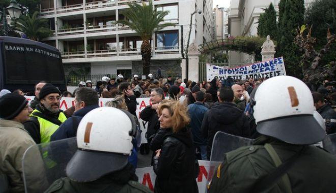Ένταση το πρωί της Τρίτης 3 Δεκεμβρίου 2013, έξω από το υπουργείο Διοκητικής Μεταρρύθμισης όπου συγκεντρώθηκαν σχολικοί φύλακες και επιχείρησαν να κλείσουν τον δρόμο. Οι αστυνομικοί τους απώθησαν και δημιουργήθηκε ένταση. Νωρίτερα, περίπου στις 6.30 το πρωί, έγινε επιχείρηση κατάληψης του υπουργείου από 9 άτομα, έξι άνδρες και τρεις γυναίκες σύμφωνα με πληροφορίες. Κάποιοι εξ αυτών μπήκαν στο υπουργείο και έφτασαν στον τρίτο όροφο, ενώ άλλοι έφτασαν μέχρι και την ταράτσα.   Με επέμβαση των ΜΑΤ, οι εννέα σχολικοί φύλακες απομακρύνθηκαν από το κτίριο του υπουργείου και προσήχθησαν. (EUROKINISSI/ΤΑΤΙΑΝΑ ΜΠΟΛΑΡΗ)