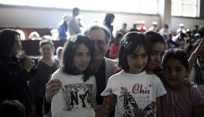 Παγκόσμια Ημέρα Βιβλίου: Ο Ευγένιος Τριβιζάς διαβάζει παραμύθια στα προσφυγόπουλα