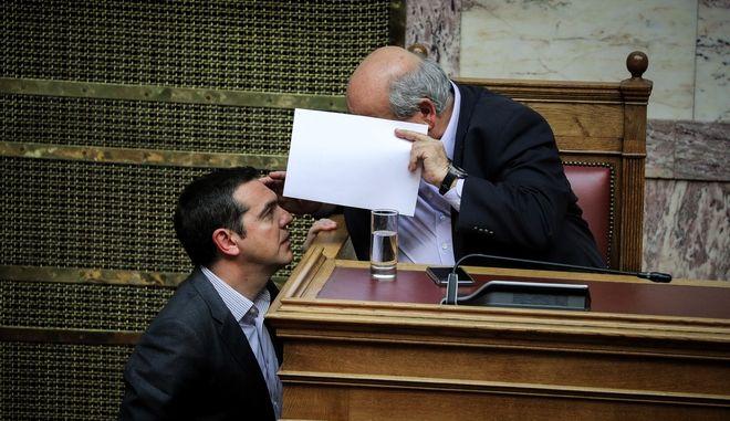 Ο Αλέξης Τσίπρας και ο Νίκος Βούτσης σε συνομιλία τους στη Βουλή