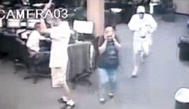 Οπλισμένος 71χρονος ακινητοποιεί δράστες σε ίντερνετ καφέ