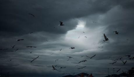 Βαριά τα σύννεφα πάνω από το λιμάνι του Πειραιά