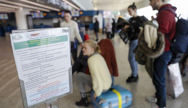 Πινακίδα στο αεροδρόμιο της Ρώμης με οδηγίες προφύλαξης για όσους ταξιδεύουν στην Κίνα. Φωτό αρχείου.