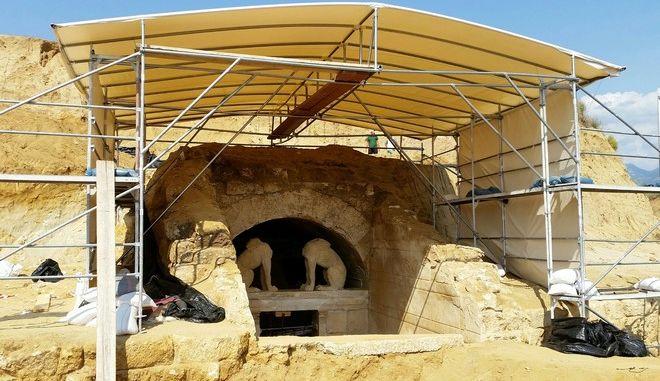 Προσωρινό στέγαστρο, που καλύπτει εξωτερικά το μνημείο στον Τύμβο Καστά της Αμφίπολης, Τρίτη 26 Αυγούστου 2014. Συνεχίζονται οι ανασκαφικές εργασίες στον Τύμβο Καστά της Αμφίπολης, από την ΚΗ Εφορεία Προϊστορικών και Κλασικών Αρχαιοτήτων, για την αποκάλυψη του ταφικού μνημείου. (EUROKINISSI/Γραφείο Τύπου Υπουργείου Πολιτισμού και ΑΘλητισμού)