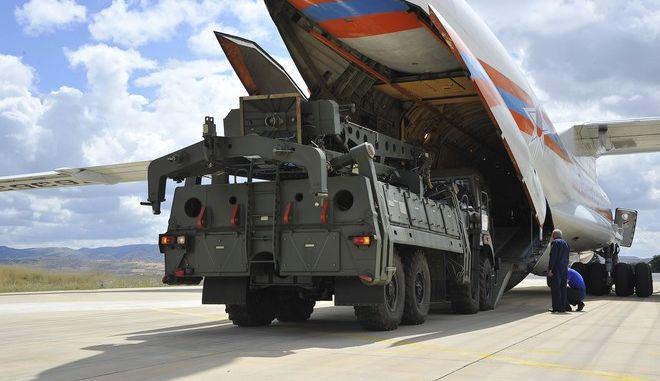 Μέρη του αντιπυραυλικού συστήματος S400 ξεφορτώνονται από ρωσικό στρατιωτικό αεροπλάνο σε αεροδρόμιο της Άγκυρας τον Ιούλιο του 2019