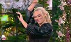 Η Ιωάννα Μαλέσκου χορεύει τσιφτετέλι