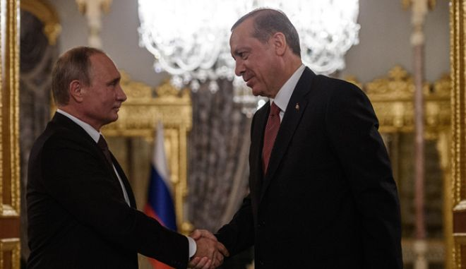 Russian President Vladimir Putin (L) shakes hand with Turkish President Recep Tayyip Erdogan (R) during a press conference on October 10, 2016 in Istanbul.  Putin visits Turkey on October 10 for talks with counterpart Recep Tayyip Erdogan, pushing forward ambitious joint energy projects as the two sides try to overcome a crisis in ties. / AFP PHOTO / OZAN KOSE