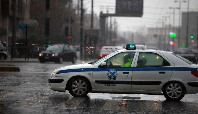 Διακοπή της κυκλοφορίας στην οδό Πειραιώς λόγω συγκέντρωσης νερών στο ύψος της Χαμοστέρνας, από την έντονη βροχόπτωση στην Αθήν το Σάββατο 11 Μαρτίου 2017. Η βροχή έχει προκαλέσει σοβαρά προβλήματα στην κυκλοφορία στους δρόμους της πρωτεύουσας.  (EUROKINISSI/ΓΙΩΡΓΟΣ ΚΟΝΤΑΡΙΝΗΣ)