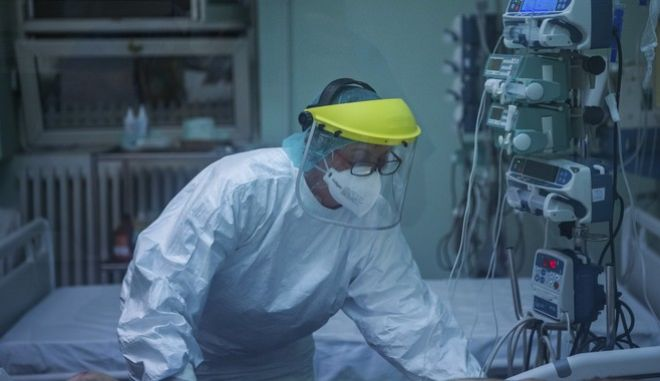 Νοσοκόμα με εξοπλισμό κατά του κορονοϊού