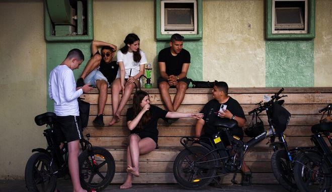 Νεαροί και νεαρές στο Τελ Αβίβ.