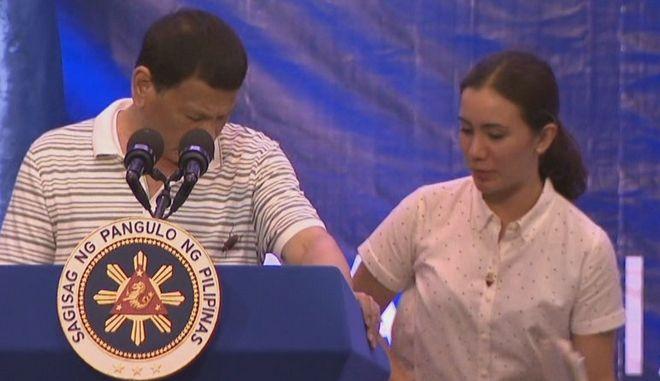 Φιλιππίνες: Τι είναι πιο ανατριχιαστικό; Η κατσαρίδα πάνω στον Ντουτέρτε ή ο ίδιος;