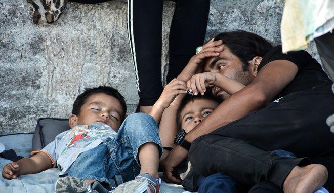 Πρόσφυγες στο δρόμο μετά τη φωτιά στη Μόρια