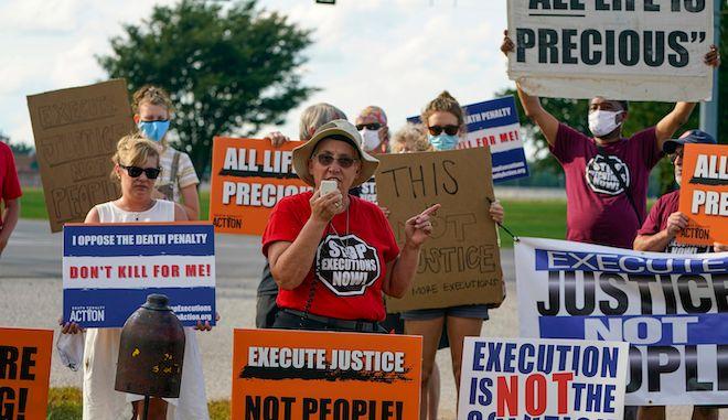 Διαδηλωτές κατά της θανατικής ποινής συγκεντρώθηκαν στο συγκρότημα φυλακών στο Terre Haute, 26 Αυγούστου 2020, με αφορμή την εκτέλεση ενός ιθαγενούς.