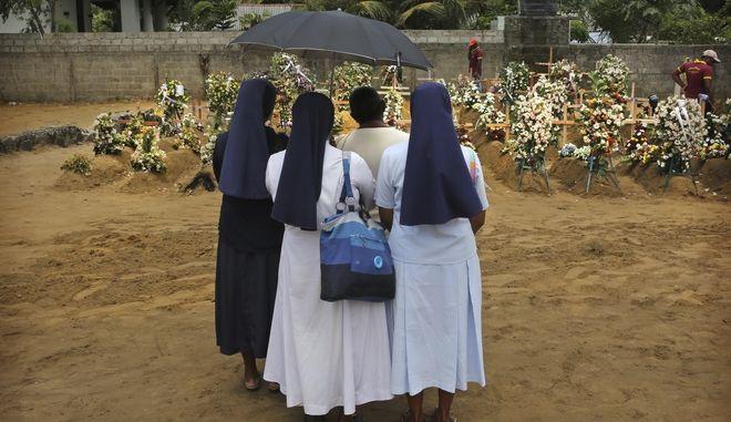 Συγγενείς των θυμάτων των βομβιστικών επιθέσεων που έγιναν ανήμερα του Πάσχα των Καθολικών στη Σρι Λάνκα