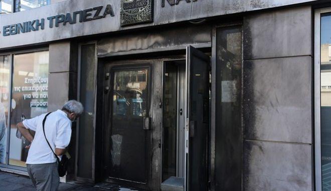 Ζημιές από την έκρηξη στην πρόσοψη τράπεζας στη συμβολή της λεωφόρου Βεΐκου με την οδό Φιγαλείας στο Γαλάτσι
