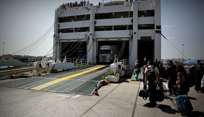 Αναχωρούν οι εκδρομείς του Πάσχα για τα νησιά, από το λιμάνι του Πειραιά, Μ. Πέμπτη 28 Απριλίου 2016. (EUROKINISSI/ΣΤΕΛΙΟΣ ΜΙΣΙΝΑΣ)