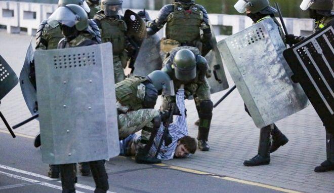 Αστυνομία συλλαμβάνει διαδηλωτή στη Λευκορωσία