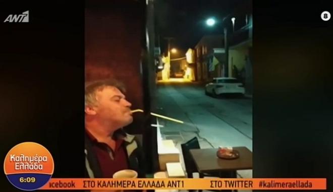 Τρομερή πατέντα: Βρήκε τον τρόπο να καπνίζει μέσα σε μαγαζί