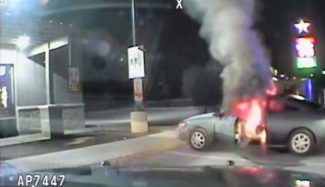 Βίντεο: Άνδρας προσπαθεί να αυτοπυρποληθεί μπροστά στα μάτια αστυνομικών