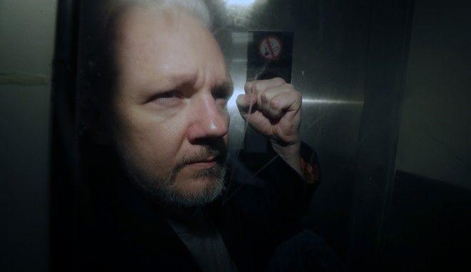 Ο ιδρυτής του Wikileaks Τζούλιαν Ασάνζ κατά τη σύλληψή του στο Λονδίνο τον Μάιο του 2019