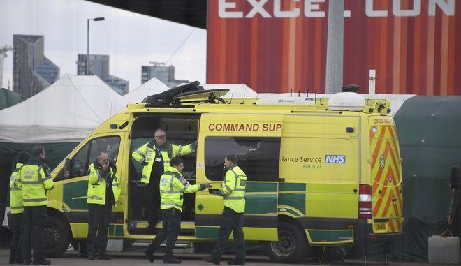 Ασθενοφόρο έξω από νοσοκομείο του Λονδίνου