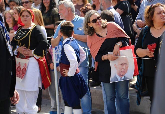Το συγκεντρωμένο πλήθος στην επίσκεψη του Καρόλου