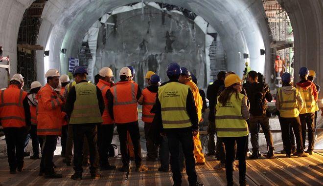 Εργάτες μπροστά από μηχάνημα διάνοιξης σηράγγων