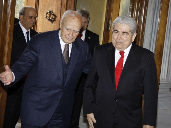 Κατά τη συνάντησή του με τον τέως Πρόεδρο της Ελληνικής Δημοκρατίας Κάρολο Παπούλια, το 2013 στην Αθήνα