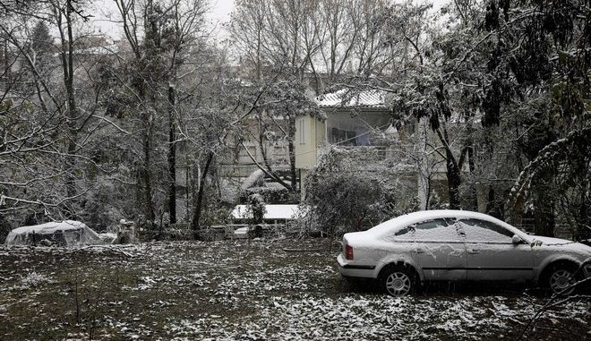 Snowfall in the norther eastern suburb of Asvestochori in Thessaloniki, Greece on November 29, 2016. /  o  , , 29  2016.