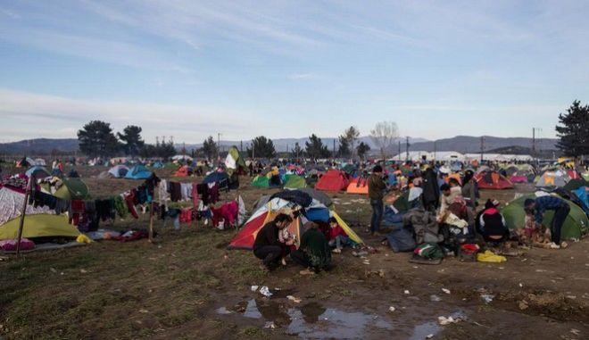 Κλειστή για τρίτη ημέρα η ουδέτερη ζώνη Ελλάδας-ΠΓΔΜ. Μάχη με τις λάσπες δίνουν οι πρόσφυγες
