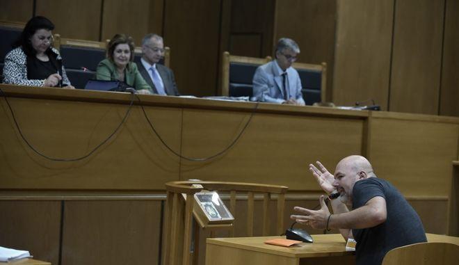 """Κατάθεση του μάρτυρα Μενέλαου Μυρίλλα, φωτορεπόρτερ στην δίκη της """"Χρυσής Αυγής"""" στην αίθουσα του Εφετείου Αθηνών, την Δευτέρα 10 Ιουλίου 2017.  (EUROKINISSI/ΤΑΤΙΑΝΑ ΜΠΟΛΑΡΗ)"""