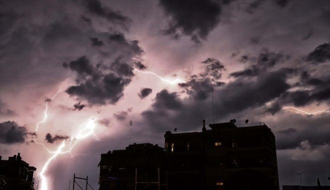 Συνεχίζεται η κακοκαιρία - Πού θα εκδηλωθούν βροχές και καταιγίδες