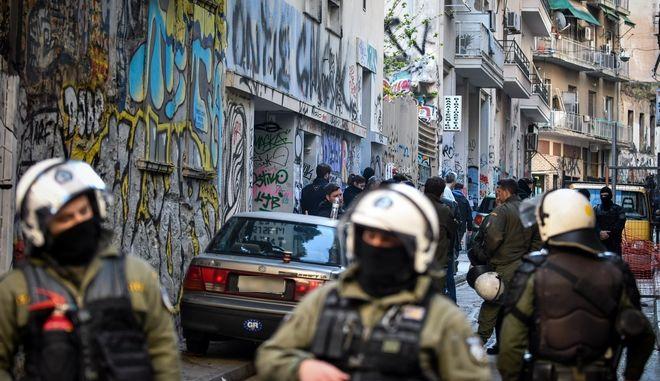 Αστυνομική επιχείρηση σε υπό κατάληψη κτήρια στα Εξάρχεια
