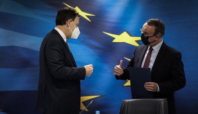 Ο υπουργός Οικονομικών Χρήστος Σταϊκούρας και ο αναπληρωτής υπουργός Οικονομικών Θόδωρος Σκυλακάκης