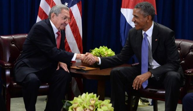 epa04955783 US President Barack Obama (R) attends a bilateral meeting with Cuban President Raul Castro at the United Nations headquarters in New York, New York, 29 September 2015.  EPA/BEHAR ANTHONY / POOL
