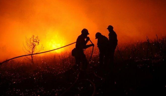 Πύρινη κόλαση στην Ισπανία. Μάχη για την κατάσβεση 120 πυρκαγιών δίνουν οι πυροσβέστες