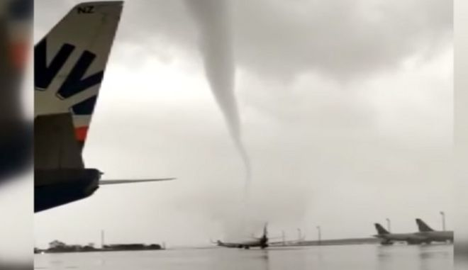 Στιγμιότυπο από το πέρασμα του ανεμοστρόβιλου από το αεροδρόμιο της Αττάλειας