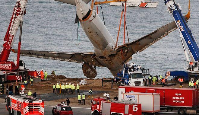 Η επιχείρηση διάσωσης του Boeing 737-800 της Pegasus Airlines, που λίγο έλειψε να βρεθεί στην θάλασσα στο αεροδρόμιο της Τραπεζούντας, τον Ιανουάριο του 2018.