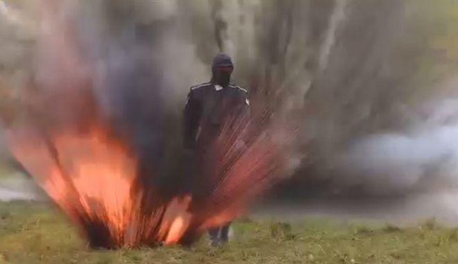 Βίντεο: Ατρόμητη Ρωσίδα περνάει μέσα από εκρήξεις και φωτιές χάρη στη σούπερ - πανοπλία της