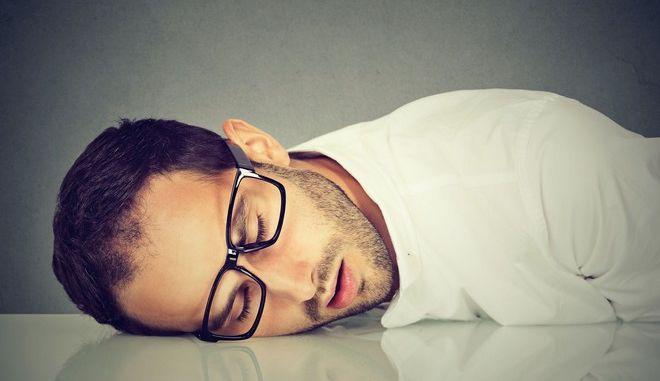 """Οι αιφνίδιες """"επιθέσεις ύπνου"""" αποτελούν βασικό σύμπτωμα της ναρκοληψίας"""