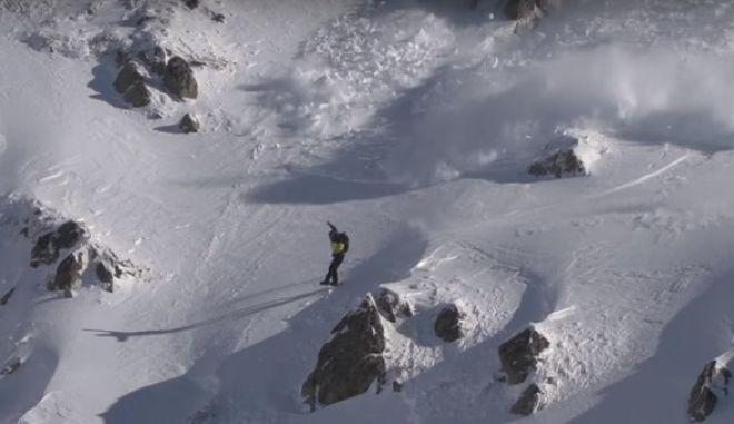 Χιονοστιβάδα 'κυνηγάει' τον snowboarder που την προκάλεσε