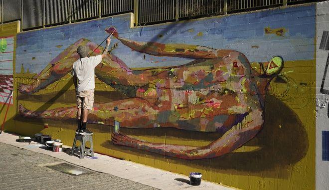 Με χρωματιστές τοιχογραφίες ξεκινούν οι παρεμβάσεις των καλλιτεχνών στον Δήμο Αθηναίων