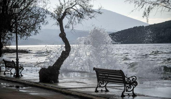 Κύματα χτυπάνε με δύναμη ένα παγκάκι και ένα δέντρο στην παραλία της Μηλίνας του νότιου Πηλίου κατα την διάρκεια φουρτούνας στην θάλασσα.  (EUROKINISSI/ΘΑΝΑΣΗΣ ΚΑΛΛΙΑΡΑΣ)