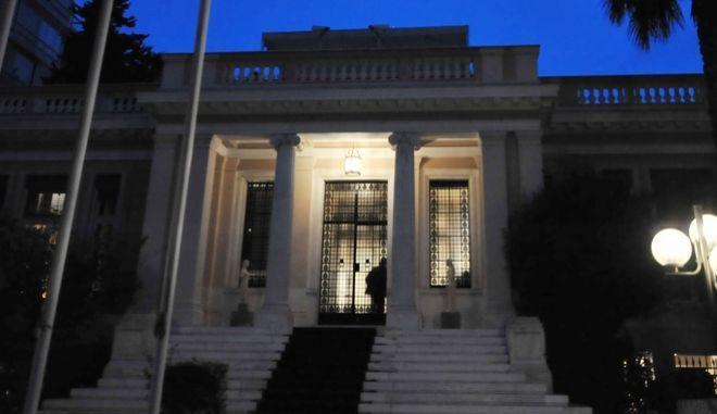 Στιγμιότυπο από το Μέγαρο Μαξίμου την Παρασκευή 26 Ιουνίου 2015. Ο πρωθυπουργός συγκάλεσε εκτάκτως την πολιτική ομάδα διαπραγμάτευσης και το Κυβερνητικό Συμβούλιο, προκειμένου να αξιολογηθεί η πρόταση των δανειστών και να χαραχθεί η στρατηγική που θα ακολουθήσει η ελληνική πλευρά εν όψει του Eurogroup.  (EUROKINISSI/ΤΑΤΙΑΝΑ ΜΠΟΛΑΡΗ)