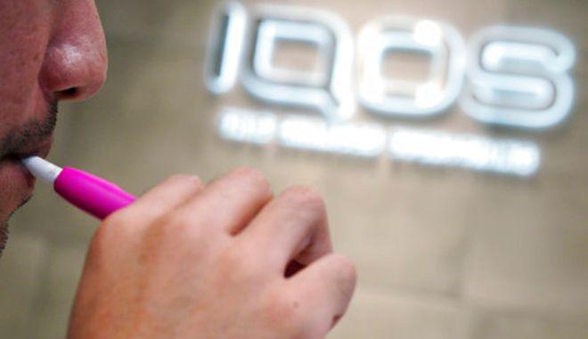 Το IQOS της Philip Morris (AP Photo/Eugene Hoshiko)
