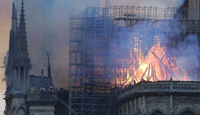 Παναγία των Παρισίων: Παγκόσμια θλίψη για την καταστροφή του εμβληματικού μνημείου